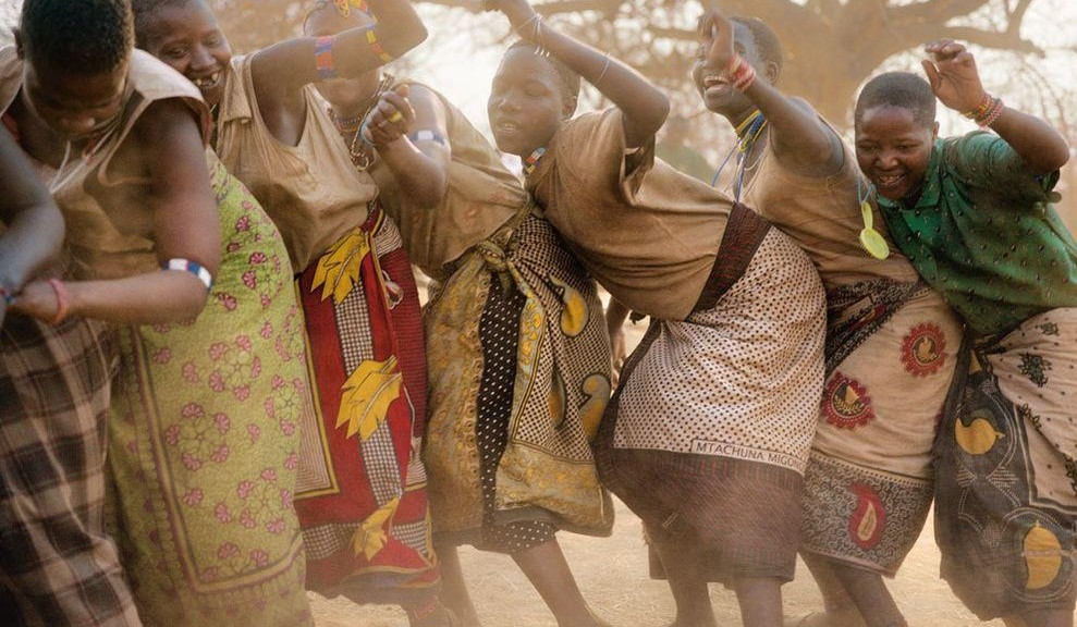 great-hadza-women-dancing-989x576