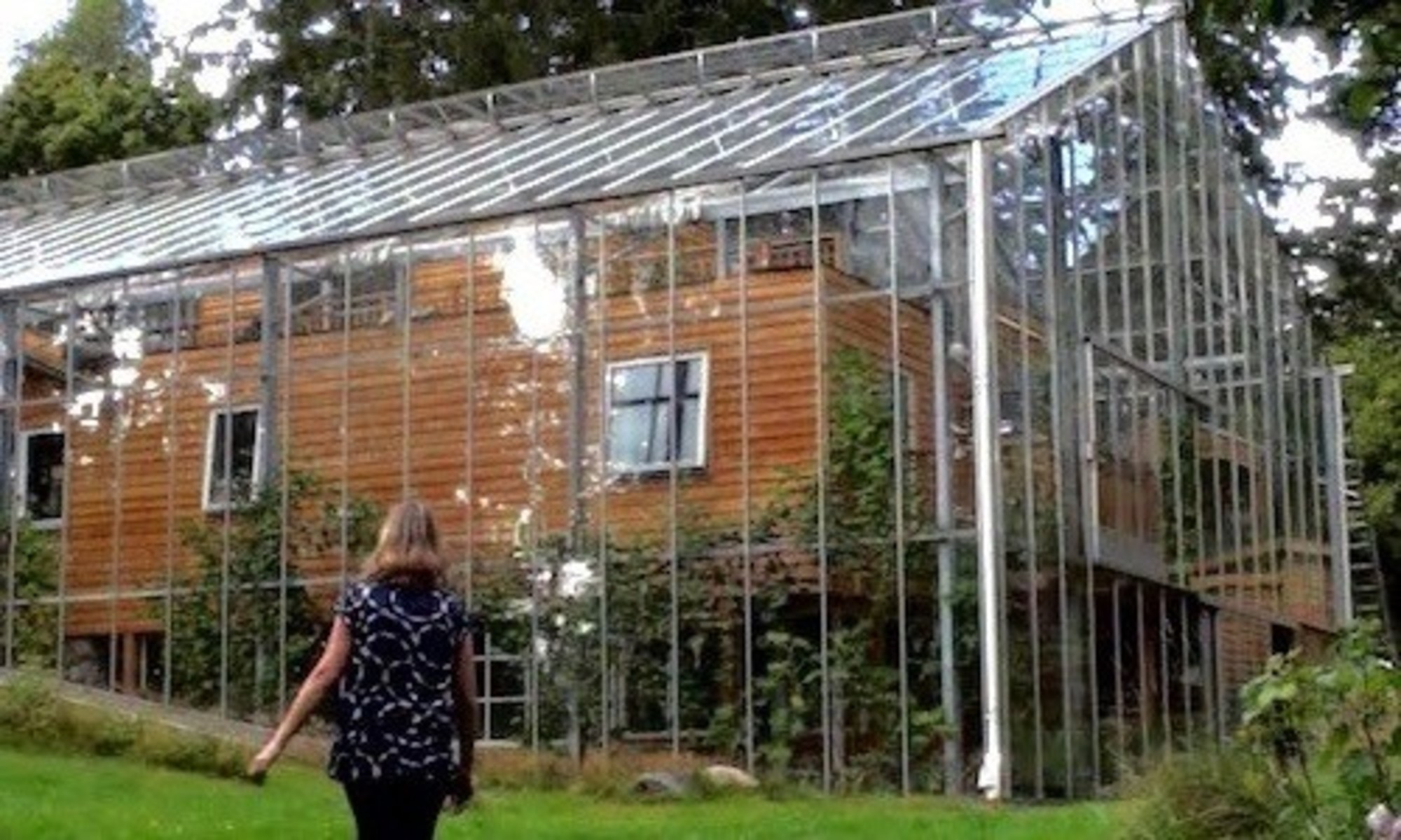 Swedish Builds Greenhouse Around Home To Stay Warm